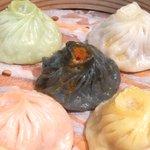 ドラゴンレッドリバー - 五色小籠包と蟹炒飯セット 1000円 の五色小籠包