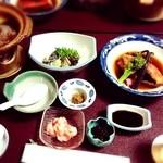 新矢旅館 - アワビの刺身、金目の煮付け、百合根、鴨鍋など
