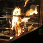 炭火焼 みや澤 - 藁焼き中