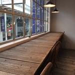 カフェ豆茶 - 座った元町商店街を見下ろすカウンター席、この「枯れ」具合がいい感じ