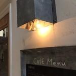 カフェ豆茶 - 入り口の灯りとカフェメニュー