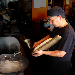 高い技術を必要とする「刀削麺」が目の前で!!