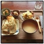 実家カフェ - 実家プレート。 ごはんパン。 全体に謎料理が多い。 民家そのもの。