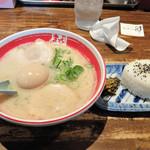まるよしラーメン - 煮玉子ラーメン+ランチサービスのおにぎり