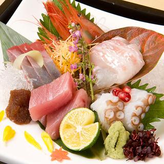 彩り豊かな旬野菜や、鮮度が自慢のお魚を仕入れております!