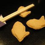 日本酒バー オール・ザット・ジャズ - 遊び心満載(笑)、鯛やきの箸置き。