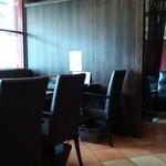 オステリア ピッカンテ ウノ - 奥にソファの半個室あり