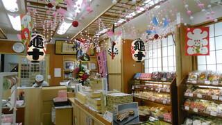 亀十 - 江戸らしい飾りの店内