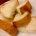 ブラッセリーバク - チーズ3種盛りの付け合わせパン