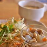 タイヒバン - 牛すじカレーに付いてくる惣菜とスープ