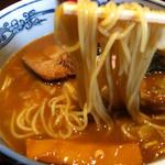 六三六 - 麺持ち上げ(六三六ラーメン)