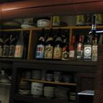酣 - 小さいお店ですが、お酒はいろいろ揃っています。