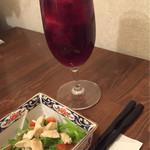 34996973 - お通しのサラダ(ふぐ入り)と自家製の紫蘇ジュース