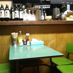 川越屋 - 年代物のテーブルだがきれいに拭き込まれている