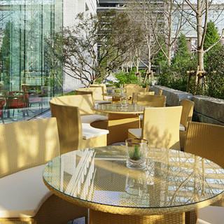テラス席は和田倉堀を望む緑豊かな立地です