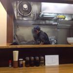 横浜とんとん - ひっきりなしに餃子焼かれてます