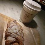 ル パン コティディアン - チーズアーモンドデニッシュ324円、コーヒー410円