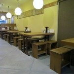 誠月庵 - お店は古い博多の住居に見られるような奥に細長い造り、11時半くらいだったんでテーブル席には空席がありましたが12時前には店内は満席、私は細長いカウンターで食事です。