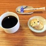 マブヤ - 食後のコーヒーとおやつ。