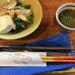 マブヤ - サラダとスープ。