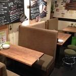 Bar Salu - テーブルソファー席でゆったり!!