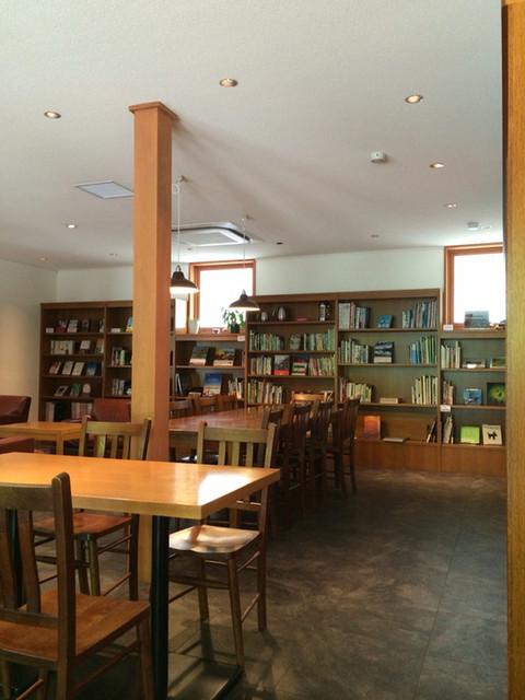 丸山珈琲  ハルニレテラス店 - 本がたくさん並ぶ店内