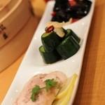 鼎泰豐 - 前菜3種盛り 紹興酒漬けの蒸し鶏、胡瓜の和え物、キクラゲのピリ辛和え物、の3種類でした