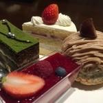 35039170 - プチバイキングで選んだ4個のケーキ