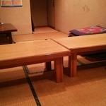 一心 - 小上がりのテーブル 一番奥のドアで隣の店と行き来できます