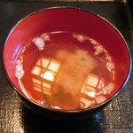 忍庭 - <'15/02/12撮影>A3黒毛和牛ロースのすき煮鍋と逸品お造りの特別ランチ御膳 1000円 の味噌汁