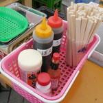 かき小屋 - テーブルの調味料