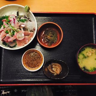 まかない屋 - 海鮮丼定食750円。お一人様女性率も高し。