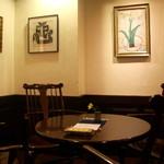 喫茶 美術館 - 静かで、木のぬくもりも感じ取れる。癒しのひとときが過ごせるカフェ。