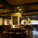 喫茶 美術館 - 広々とした空間。カウンターの他、テーブル席があり奥にはグループ向けの席もあり。(予約客向け)