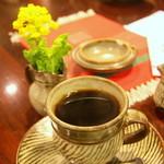 """喫茶 美術館 - 司馬遼太郎氏の故郷である地域というこいともあり、テーブルには""""なのはな""""が添えられています。"""
