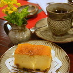 喫茶 美術館 - 自家製ラム酒のケーキと炭火ブレンドコーヒー。
