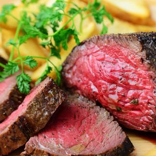 黒毛和牛『熟成肉』の炉端焼きはワインとの相性も抜群です。