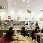 福岡薬院タニタ食堂 - オシャレというより、コギレイな社員食堂のようです。 カウンター席もあります。