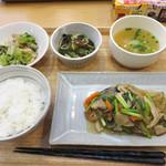 福岡薬院 タニタ食堂 - 週替わり定食880円。副菜や汁物も含めて、1食で200gの野菜が摂れるそうです。