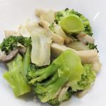 福岡薬院 タニタ食堂 - ブロッコリーとエリンギのバター醤油炒め。大きめカットの野菜で、咀嚼感アップ効果。