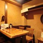 鶴我 - 店内のテーブル席の風景です