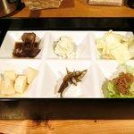 鶴我 - 極上赤身 馬刺膳(並) 500円 の小鉢6品