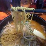 35068169 - 中太縮れ麺はスープが絡みます!