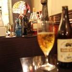 御馳走オムライス館 ネコ目 - ビールと猫のオブジェ