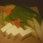 35073395 - 水炊きのお野菜(人参の形に注目!)