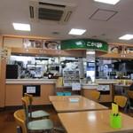 こかげ亭 - お店はコンビニの横に併設される様に作ってあり、食券を買って自分で料理をテーブルに運ぶセルフ方式です。