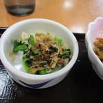 こかげ亭 - 朝食には小鉢が3つ添えられてました、一つ目は青菜のお浸しです。