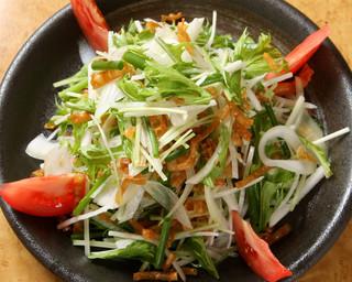 勝元 - 水菜と玉ねぎをガーリックドレッシングで食す「大人のサラダ」