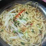 屋台まみちゃん - もつ鍋のスープに麺を投入