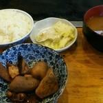 武馬屋 - 定食のご飯、小鉢、赤だし、漬物